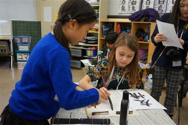 Students learned calligraphy with their buddy from Futabakai.